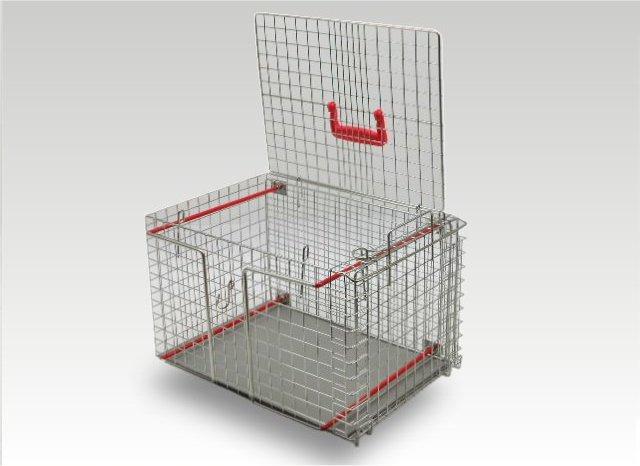 """Profi-Umsetzbox """"Standard"""" Professionelle Umsetzbox für Kleintiere wie Katzen etc., welche aus einer Falle transferiert/umgesetzt, transportiert sowie fixiert und behandelt werden können. Großes Plus: Diese Umsetzbox kann zudem durch Abflammen sterilisiert werden. • mit Einschub zum Fixieren • Material: Edelstahl • verriegelbare Entnahmeklappe oben • Schiebetür an Schmalseite, verriegelbar • Maße: L 46 x B 30 x H 30 cm • Gewicht: 4 kg"""